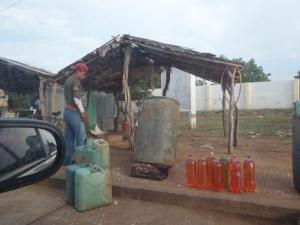 Kolumbianischer Straßenrand: Hier wird das frisch abgesaugte, venezolanische Benzin wieder verkauft.