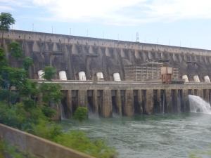 Staumauer mit Turbinen