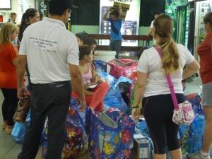 Dem Kaufrausch verfallene brasilianische Familie mit ihren Einkaufstüten im LaiLai-Center