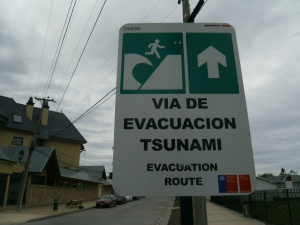 Evakuierungsrichtung im Falle eines Tsunamis, gesichtet in Pto. Natales