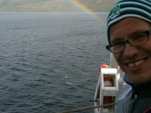 ein seltenes meteorologisches Ereignis: Herrn Boe wächst ein Regenbogen aus dem Stammhirn. Fast so selten wie Marienerscheinungen