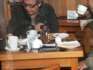 das bekommt man im Restaurant auf den Tisch gesetzt, wenn man dummerweiser Kaffee bestellt! Na, dann viel Vergnügen...!