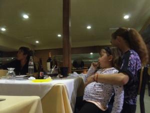 """stolze Mama streichelt den prallen Bauch des Kindes. Da hat sich der """"tenedor libre"""" voll ausgezahlt!"""