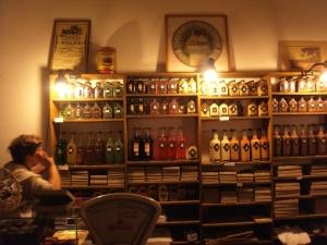 """Schnappsregal in der Schokoladenmanifaktur. mein Favorit """"ruso muerto"""", der """"tote Russe"""", grüner Pfeffer auf Wodka aufgezogen!"""