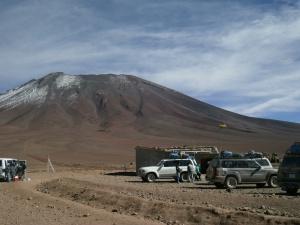 kaum zu erkennen und gut versteckt hinter dem linken Jeep befindet sich auf über 4000 Höhenmeter im Nichts die bolivianische Grenzstation. Sie ist damit einer der winzigsten besetzten Grenzstationen of the world!