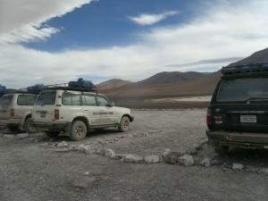 auch schön! Wer genau hinsieht, erkennt die sorgfältig angeordneten Steinchen für die Parkbuchten der Jeeps. Das Ganze im Nichts auf 4500m. Putziges Volk!