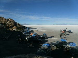 Jeeps in Lauerstellung an der Isla Pescado. Es sind nur 25, es ist ja Nebensaison!