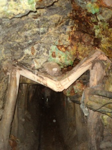 Stollen im Cerro Rico. Der Stützpfeiler hat auch schon bessere Jahrhunderte gesehen.