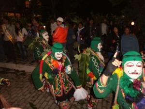 mit Masken und Musik zogen die Gruppen vorbei, Richtung Plaza de Armas