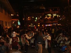 Musik und Tanz auf der Plaza de Armas. Hier sind die meisten noch aufrecht