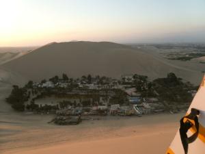 Blick von der Düne zurück  auf die Oase Huacachina.