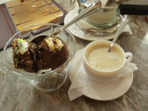 Schlimmes Schokoeis mit Eiskluempchen und schlechter Kaffee. Gut dass ich bald wieder nach Hause komme, wo Kaffee und Eis fest in italienischer Hand sind. Bravo!