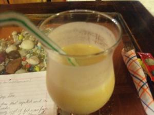 Es ist verdammt schwer ein volles Glas Maracuya Sour zu fotografieren, weil vor dem Foto-Reflex der Trink-Reflex zuschlägt.
