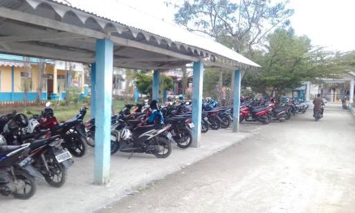 Parkplatz vor einer Schule! Wer findet das Fahrrad?