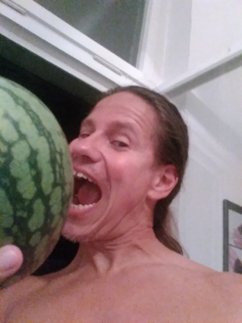 Herr Boe hat sich dann doch eine Baby-Melone gekauft, weil die Nachbarin dann doch zu seltsam ist, um an der Tür zu klopfen...